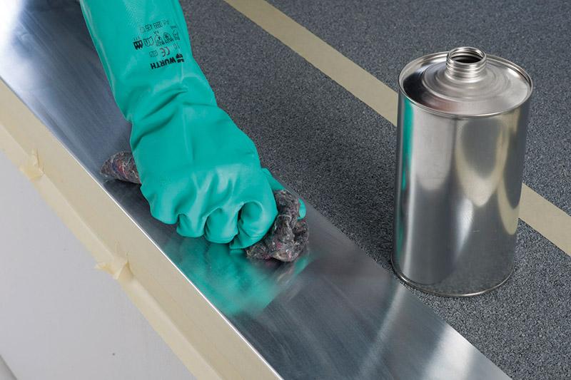 Säubern und entfetten des Traufblechs mit Aceton-Reiniger. Danach Ablüftzeit des Reinigers beachten.