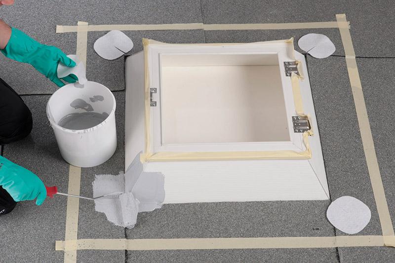 Abdichten der Lichtkuppel beginnend mit den Eckverstärkun¬gen. Satte Vorlage des Abdichtungsharzes 1K-Flachdach¬dicht Pro mit Pinsel oder Rolle (2 kg/m²).