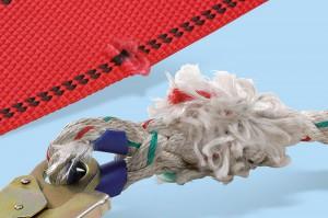 Beschädigte Bänder bei Gurten oder Seile sind jedenfalls auszutauschen!