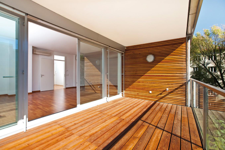 Holz bietet viele Gestaltungsmöglichkeiten – auch im Freien.