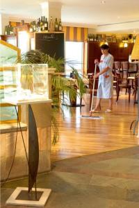 Reiniger mit rutschhemmender Wirkung sind ideal für die Bodenpflege.