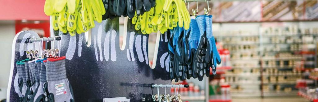 Handschuhe abprobieren im Würth Kundenzentrum