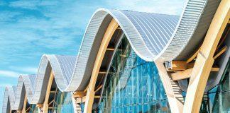 Die Philippinen als Vorreiter: Das neue Flughafenterminal des Mactan Cebu International Airport hat ein wellenförmiges Dach ganz aus Holz – bisher das einzige in Asien. Würth Österreich hat für das spektakuläre Gebäude die Verbindungstechnik geliefert.