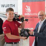 Marc Berndorfer hat sein Lasermessgerät von Würth schon intensiv im Einsatz. Geschäftsniederlassungsleiter Helmut Reitstätter hat es ihm in der Bauakademie Lachstatt in Oberösterreich übergeben.