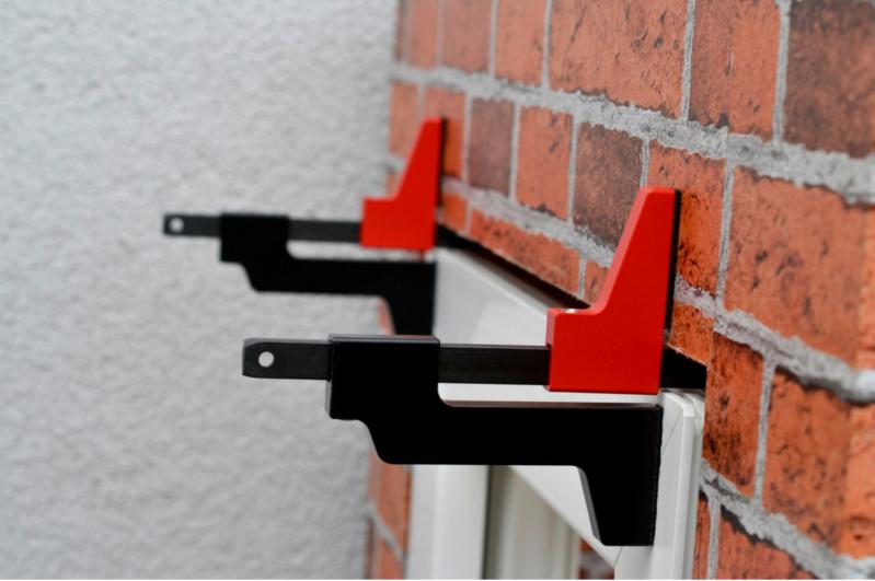 Fenster- und Türelemente können mit Hilfe der Zwinge einfacher von nur einem Monteur montiert werden