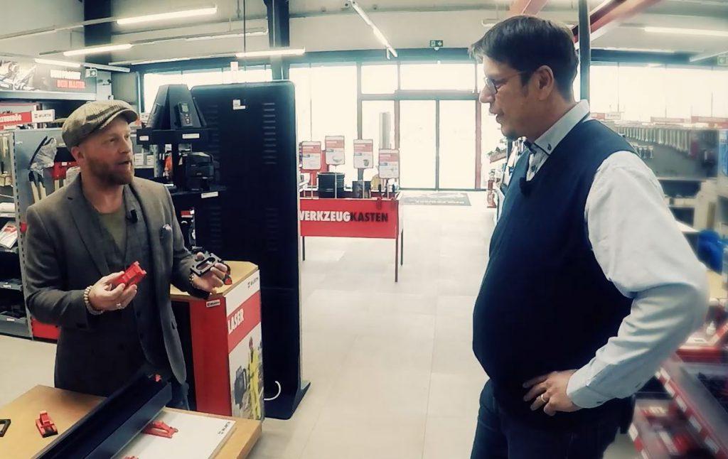 Markus im Gespräch mit dem Erfinder der Nivelliersystems Franz Topf (rechts)